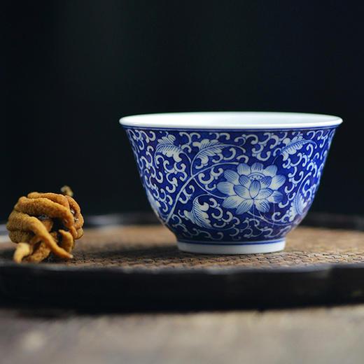 蓝和白 手绘蓝地青花缠枝莲品茗杯 商品图2