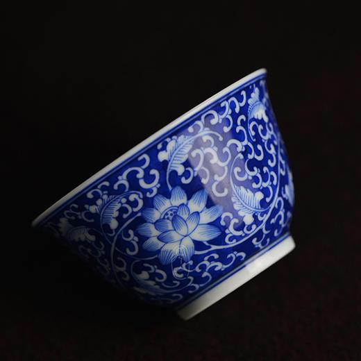 蓝和白 手绘蓝地青花缠枝莲品茗杯 商品图3