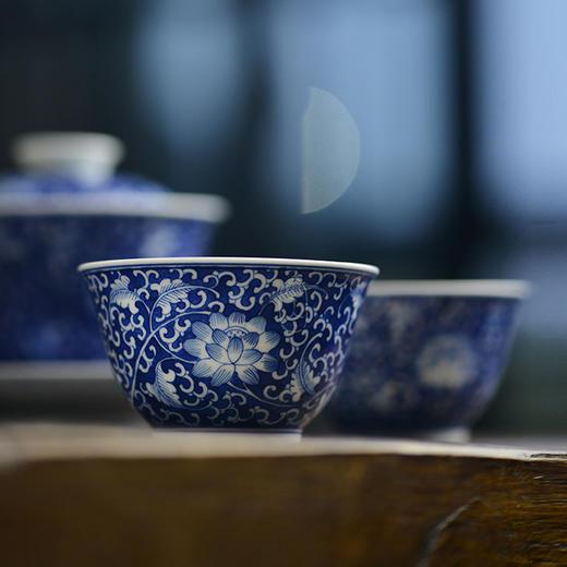 蓝和白 手绘蓝地青花缠枝莲品茗杯 商品图1