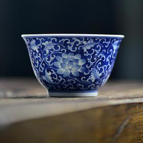 蓝和白 手绘蓝地青花缠枝莲品茗杯